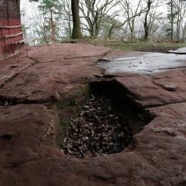 Mont Saint Michel alsacien la grotte des fées le sarcophage_4655